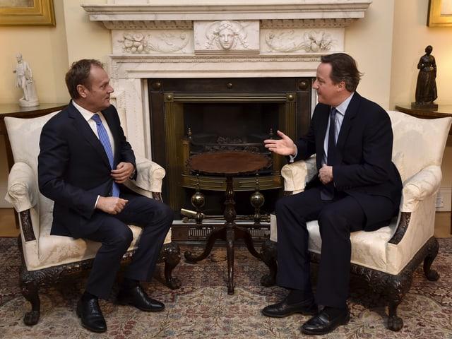 Der EU-Ratspräsident und der britische Premier sprechen im Säulenraum von Downing Street 10.