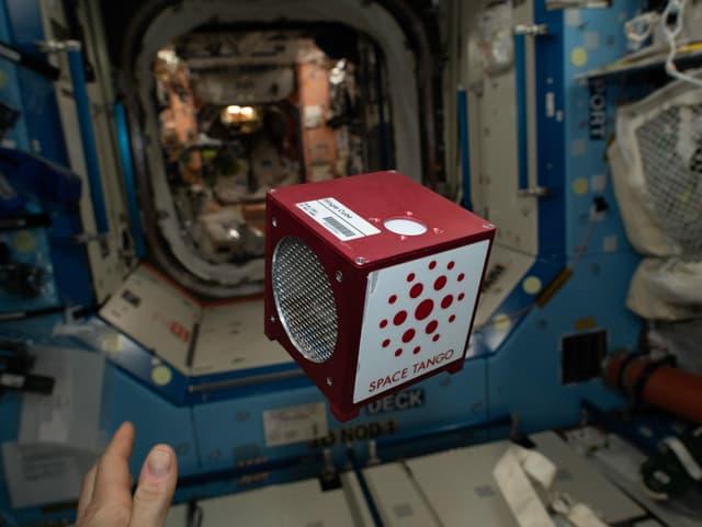 Kubus schwebt vor Raumschiff-Tür