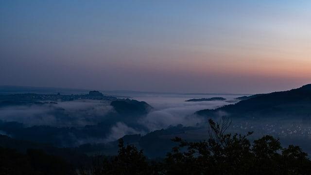 Zartes Morgenrot und Nebelfetzen dem Rhein entlang bei Rüdlingen und im untersten Tösstal.