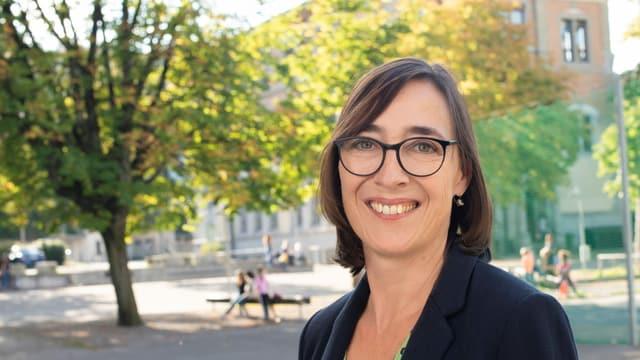 Judith Dörflinger auf einem Schulhausplatz