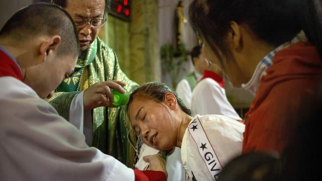 Chinesischer Erzbischof tauft eine Gläubige