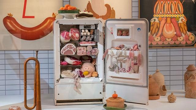 Ein Kühlschrank mit gestrickten Fleischwaren.