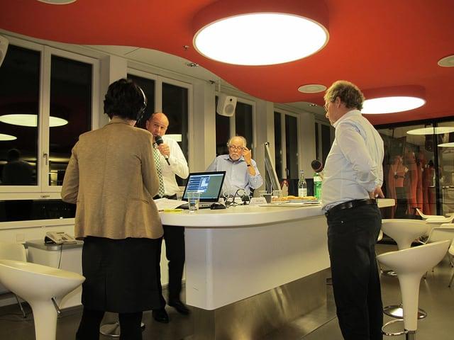 Moderatorin Simone Hulliger mit Thomas Hurter, Rudolf Jaun und Jo Lang am grossen Tisch im Radiostudio.