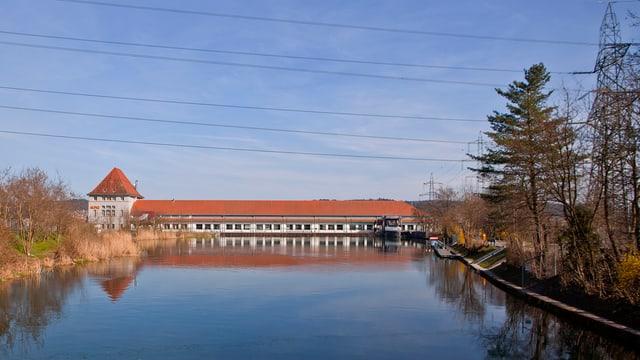 Ein Kraftwerk an der Aare. Das Gebäude erstreckt sich über den Fluss