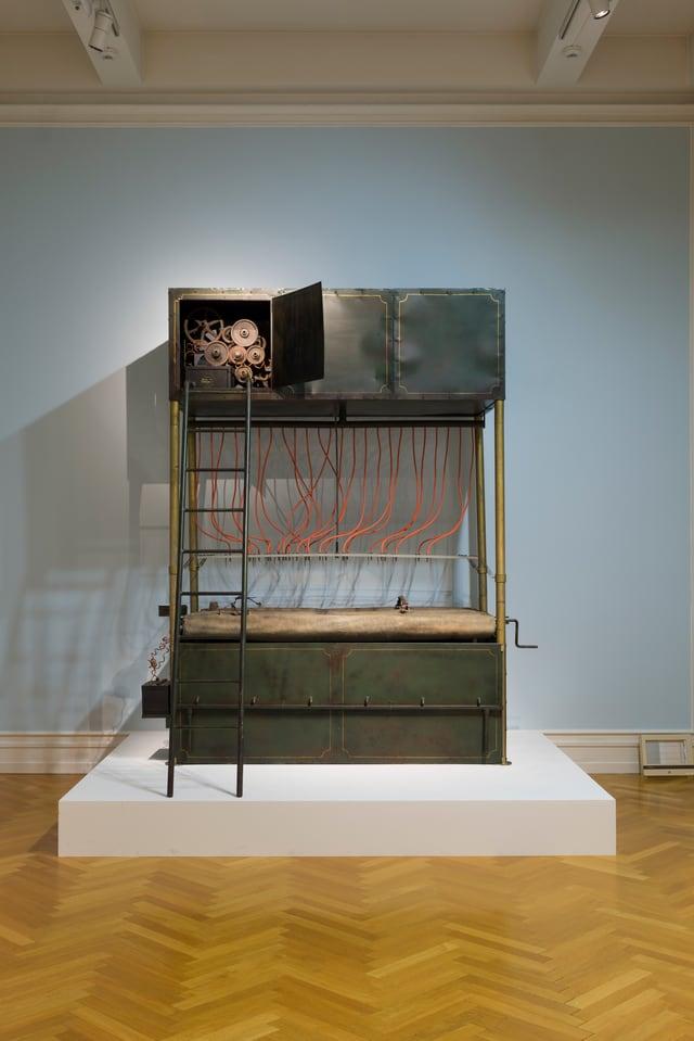 Skulpturale Umsetzung der ‹Hinrichtungsmaschine› aus Franz Kafkas ‹In der Strafkolonie›