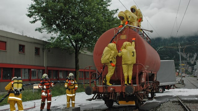 Die Chemiewehr Uri pumpt anlässlich einer Notfallübung einen lecken Zisternenwagen ab.