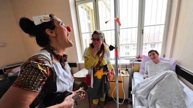 Spitalclowns singen für einen Jungen.