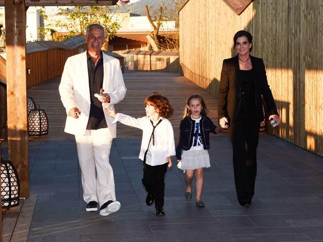 Franco Knie mit Frau Claudia Uez und den Zwillingen Zwillinge Nina Maria Dora und Timothy Charles auf einer Holzbrücke.