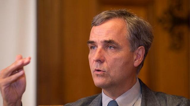 Der Basler Regierungspräsident Guy Morin erklärt etwas