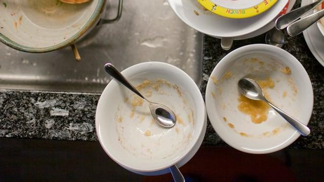 Leere Teller auf einem Spülbecken.