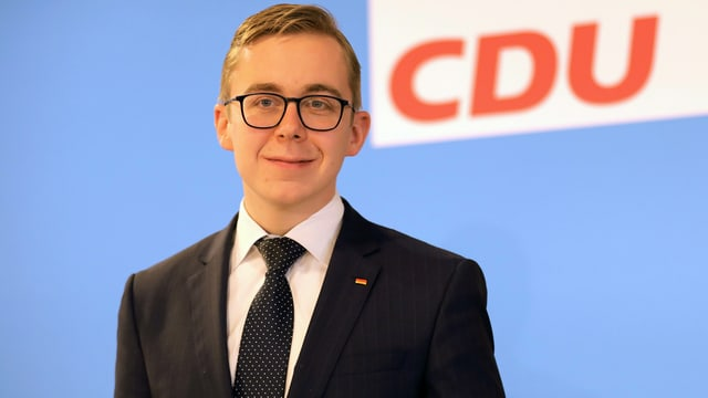 Philipp Amthor vor einem CDU-Logo.