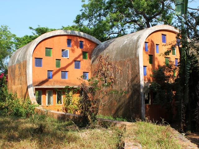 Buntes Haus, das aussieht wie ein Stück Wurst