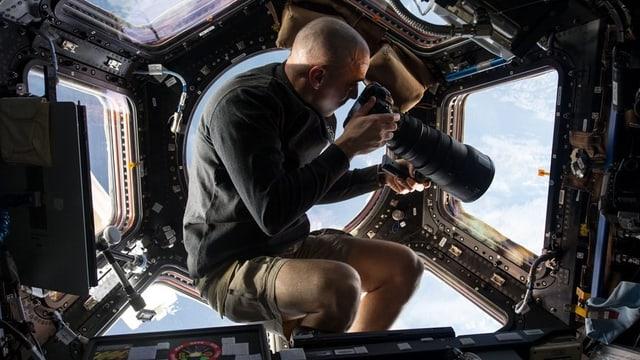Chris Cassidy mit Fotoapparat.