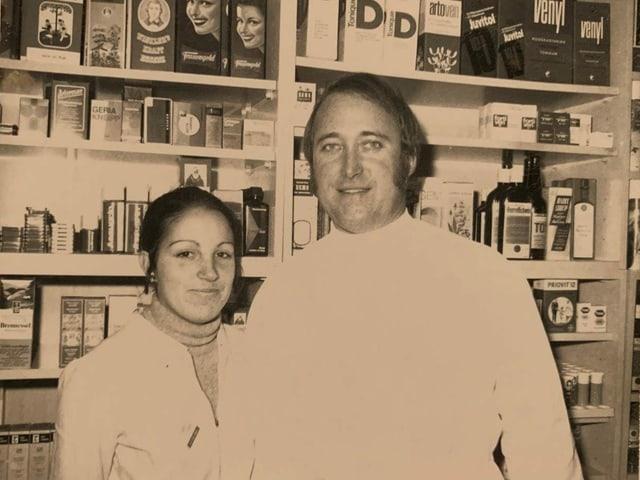 Il fundatur da la Drogaria Surses, Reinhard Thurner cun la sia emprima emprendista l'onn 1970: Astrid Steier ch'è daventada pli tard sia dunna.
