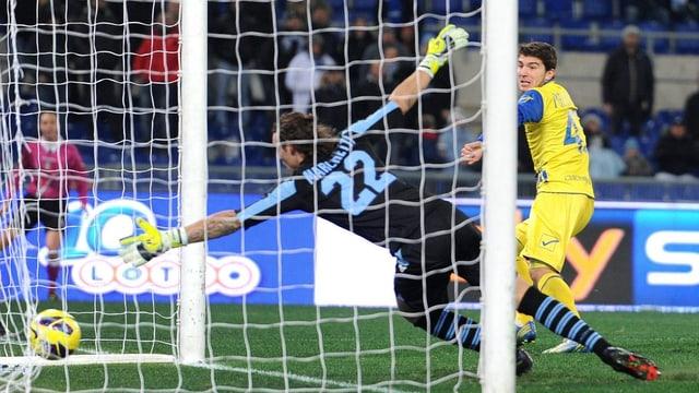 Chievos Alberto Paloschi (r.) sicherte seinem Team den Auswärtssieg gegen Lazio Rom.