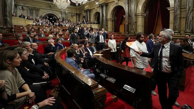 Katalonische Abgeordnete im Ratssaal.