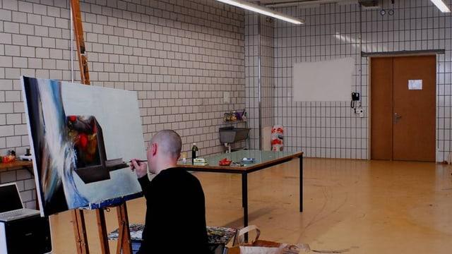 Ein Kunstmaler an der Arbeit in einem der neuen Ateliers in der Migros-Betriebszentrale Herdern.