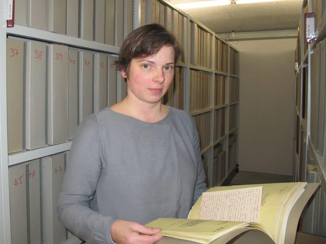 Yvonne Pfäffli zeigt ein altes Buch.