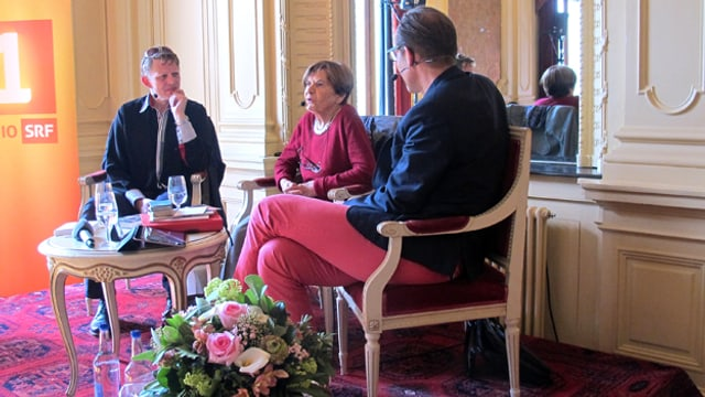 Marcus Signer (links) und Ruth Binde sitzen im Gespräch mit Gastgeber Christian Zeugin.