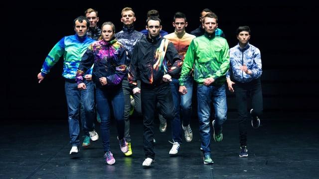 Junge Leute spielen Theater auf der Bühne.