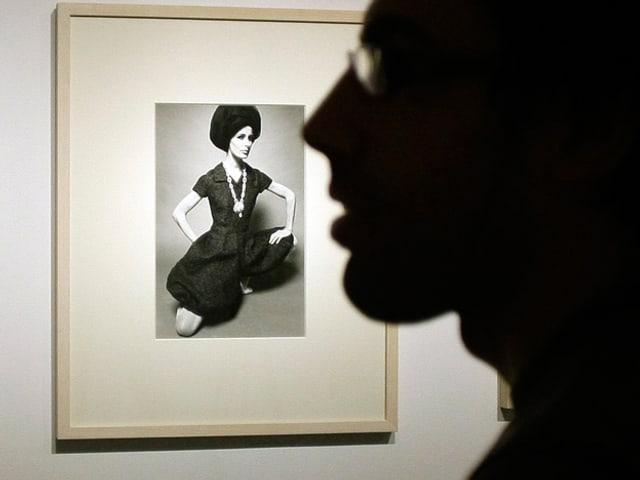 Schatten eines Mannes vor einem Gundlach-Bild einer Frau