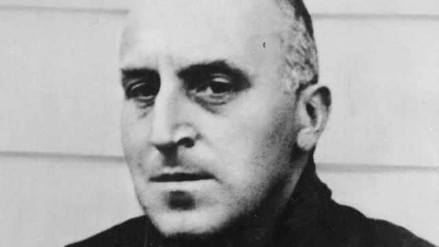 Schwarzweissbild: Ossietzky mit geschorenen Haaren in Häftlingsuniform