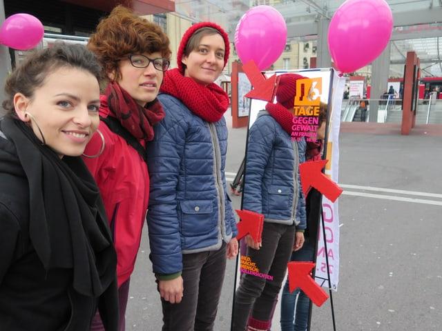 Junge Aktivistinnen machen auf dem Berner Bahnhofplatz auf Sexismus im Nachtleben aufmerksam.