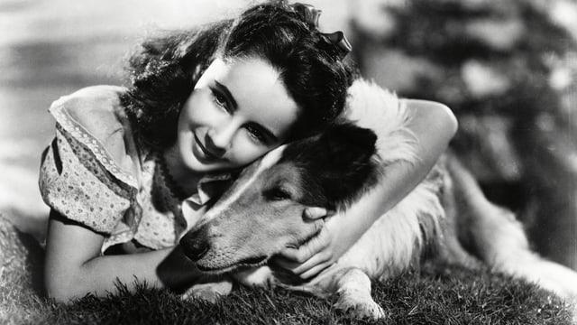 Elizabeth Taylor hält Lassie.