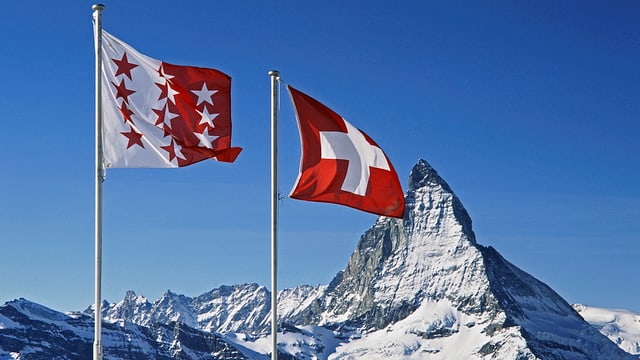 Die Walliser Flagge weht neben der Schweizer Flagge. 200 Jahre schon gehört das Wallis zur Eidgenossenschaft.