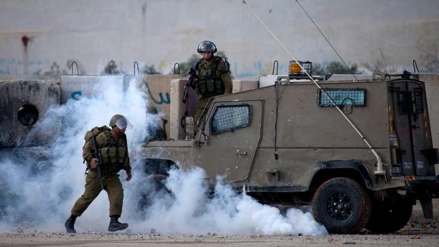 Ein israelischer Soldat vor einem Militärfahrzeug