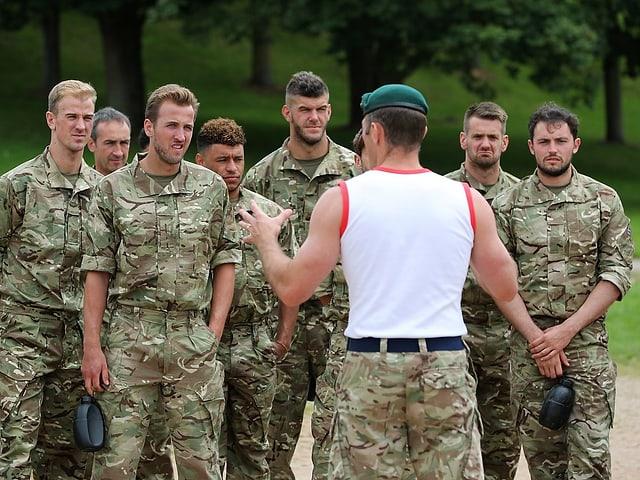 Die englische Nationalmannschaft in Uniform