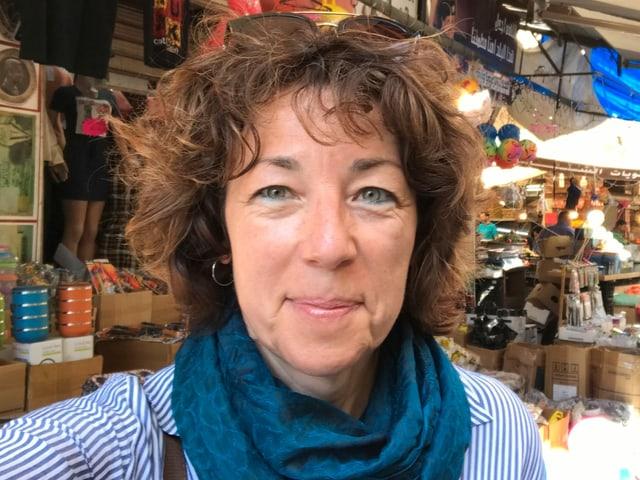 Susanne Brunner auf einem Markt.