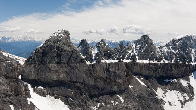 Die Tschingelhörner mit Martinsloch sind Teil der Tektonikarena Sardona.