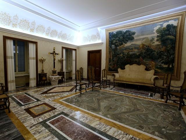 Halle mit vielen Verzierungen und Bildern.