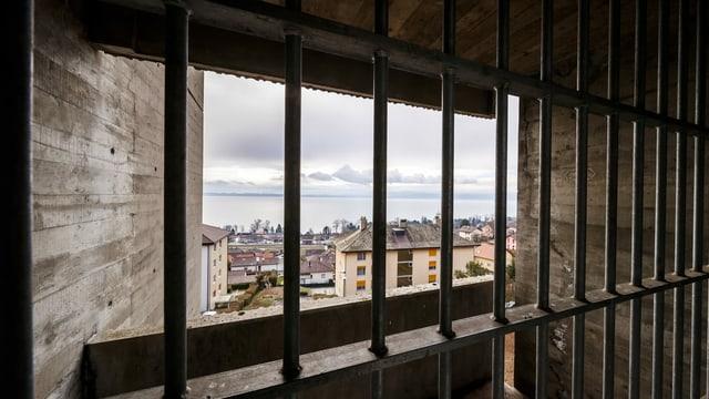 Symbolbild: Blick durch ein vergittertes Fenster eines Gefängnisses.