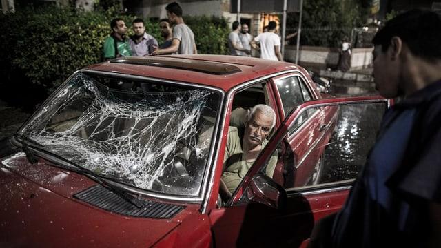 In auto destruì tras ina bumba, in um sorta dal auto.