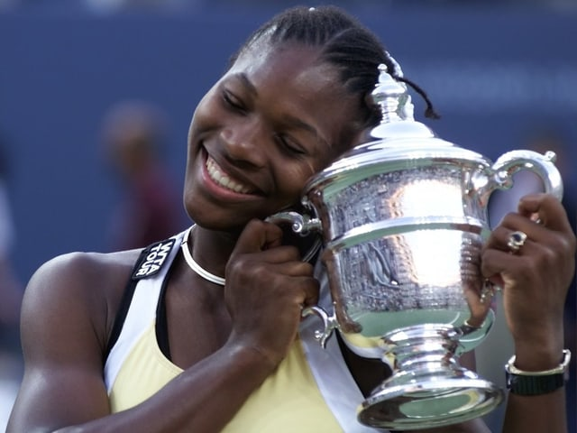 Serena Williams herzt den Pokal nach ihrem allerersten Triumph an einem Grand-Slam-Turnier an den US Open 1999.