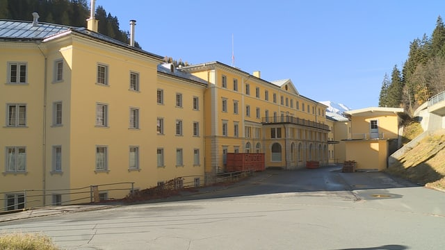 La fatschada vers nord dal hotel Palace a Nairs in vischinanza da Scuol