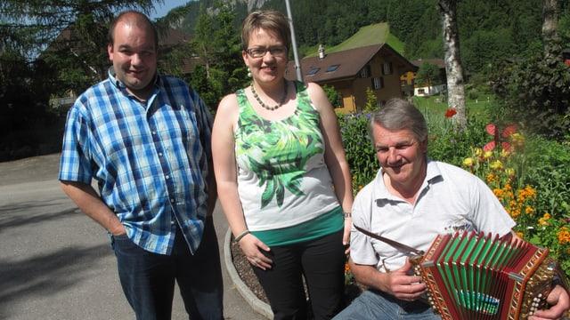 Thomas Krummenacher, Eveline Krummenacher und Franzsepp Schmid in Krummenachers Garten am Proben.