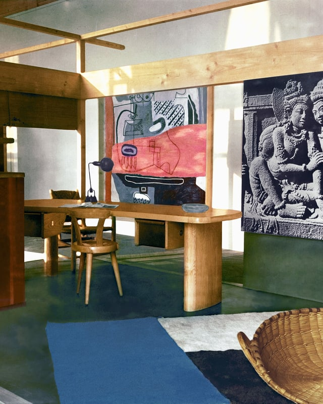 Ein Saal mit Designermöbel.