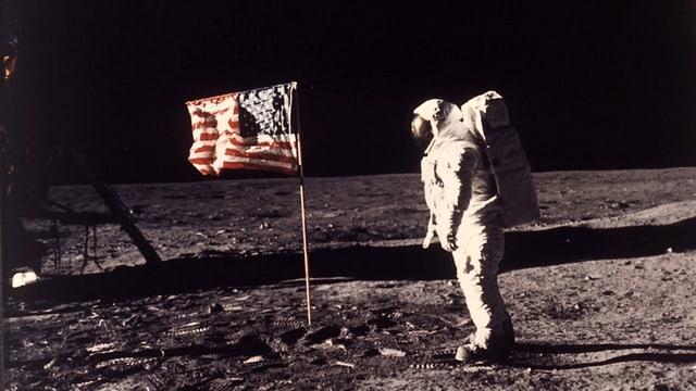 Buzz Aldrin, der zweite Mann auf dem Mond, posiert am 21. Juli 1969 neben der USA-Flagge.