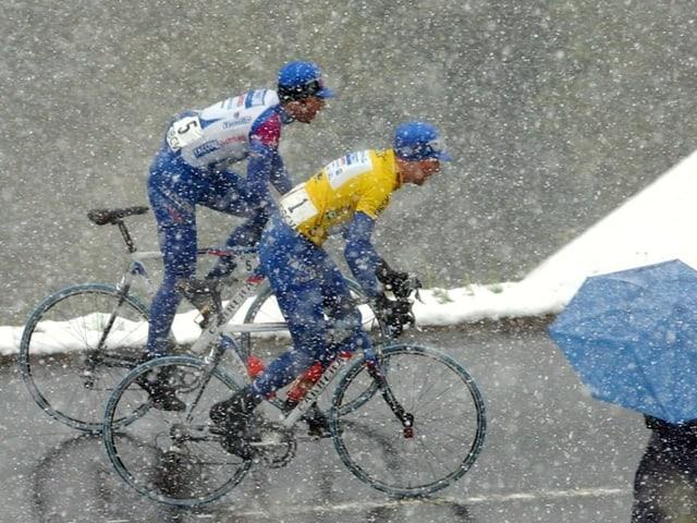 Die Tour de Romandie (im Bild 2002) hat immer wieder mit misslichen Bedingungen zu kämpfen.