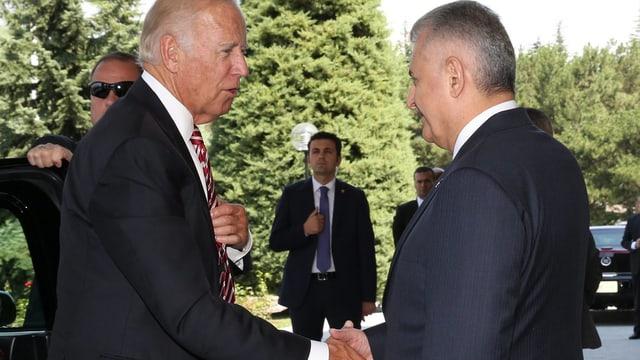 Biden (links) schüttelt die Hand von Premierminister Binali Yildirim.