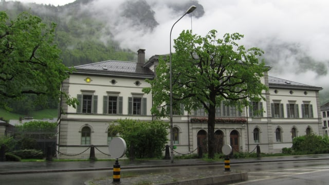 Glarner Gerichtsgebäude mit Licht, das an Anna Göldi erinnert