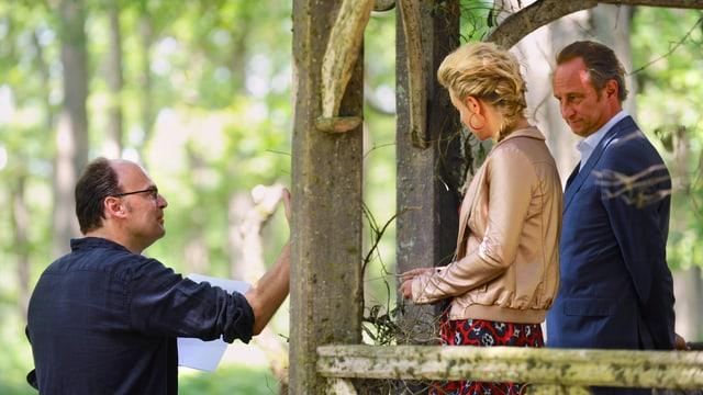Regisseur Jean-Pierre Améris gibt Virginie Efira und Benoît Poelvoorde Anweisungen.