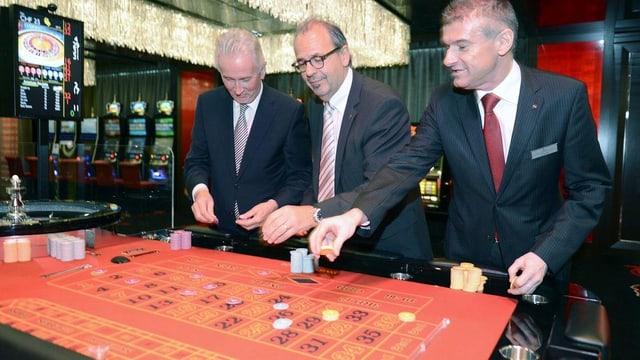 VR-Präsident Peter Meier und der erste Direktor des Casino Zürichs Michael Favrod machen ihre Einsätze am Roulette Tisch.