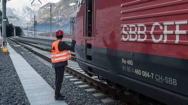 In um stad sper in tren durant ina conferenza da medias avant il tunnel dal Gottard.