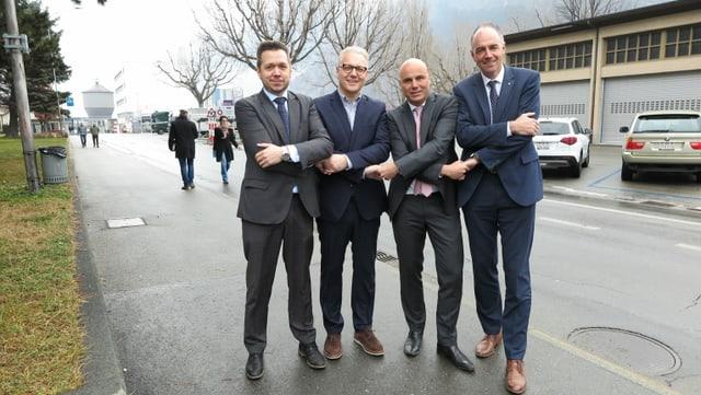 Gaëtan Cherix, Renzo Cicillini, Francois Seppey und Christophe Darbellay geben sich die Hände.