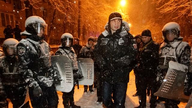 Oppositionsführer Vitali Klitschko auf dem Unabhängigkeitsplatz von Polizisten umgeben.