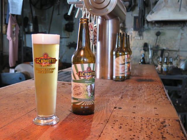 Ein Bierglas und eine Flasche